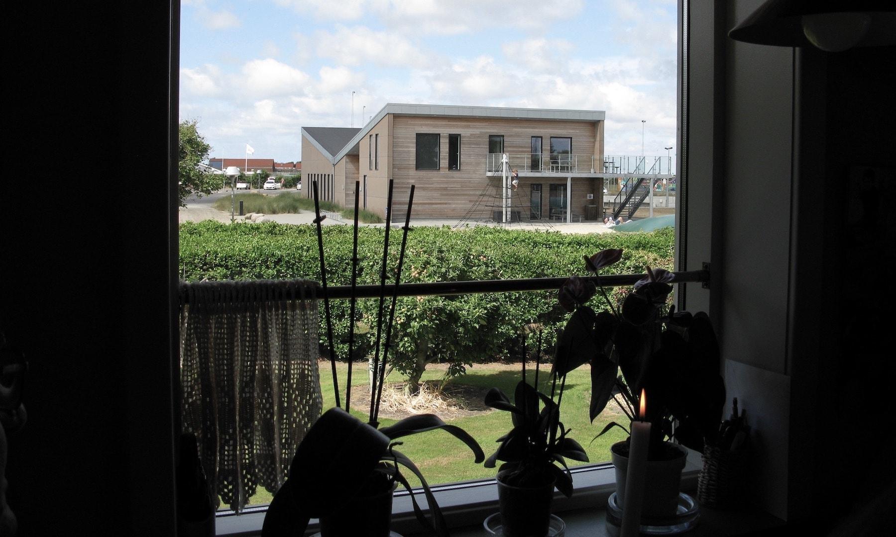 Fra spisekrogen i Kristen Mose Enevoldsens hus er der udsyn til det nyopførte Missionshus i Hvide Sande