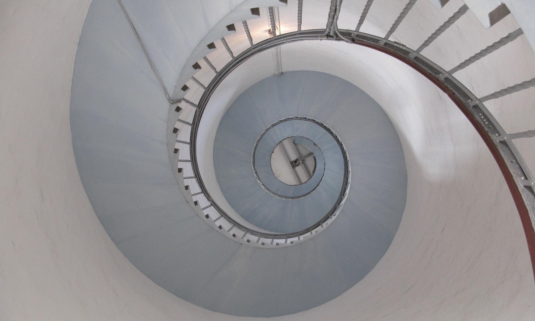 Turen op i Lyngvig Fyr går ad en trappesnegl med 228 trin