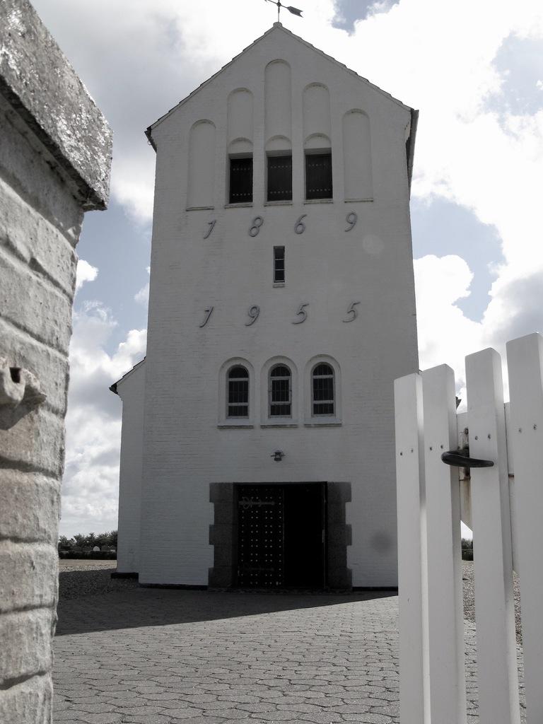 Nørre Lyngvig Kirke og Mindekorset for de fem omkomne ved redningsulykken i Hvide Sande 9. december 1951