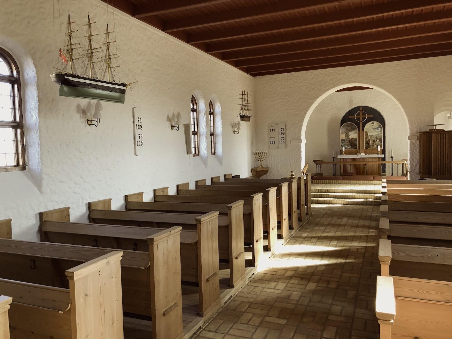 Nørre Lyngvig Kirke har flere skibe i kirkerummet. Skibene er givet til minde om forlis