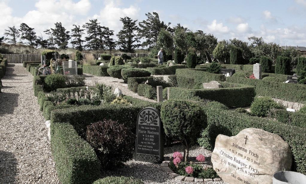 Gravstenene på Nørre Lyngvig Kirkegård fortæller deres egen historie om det hårde liv på havet