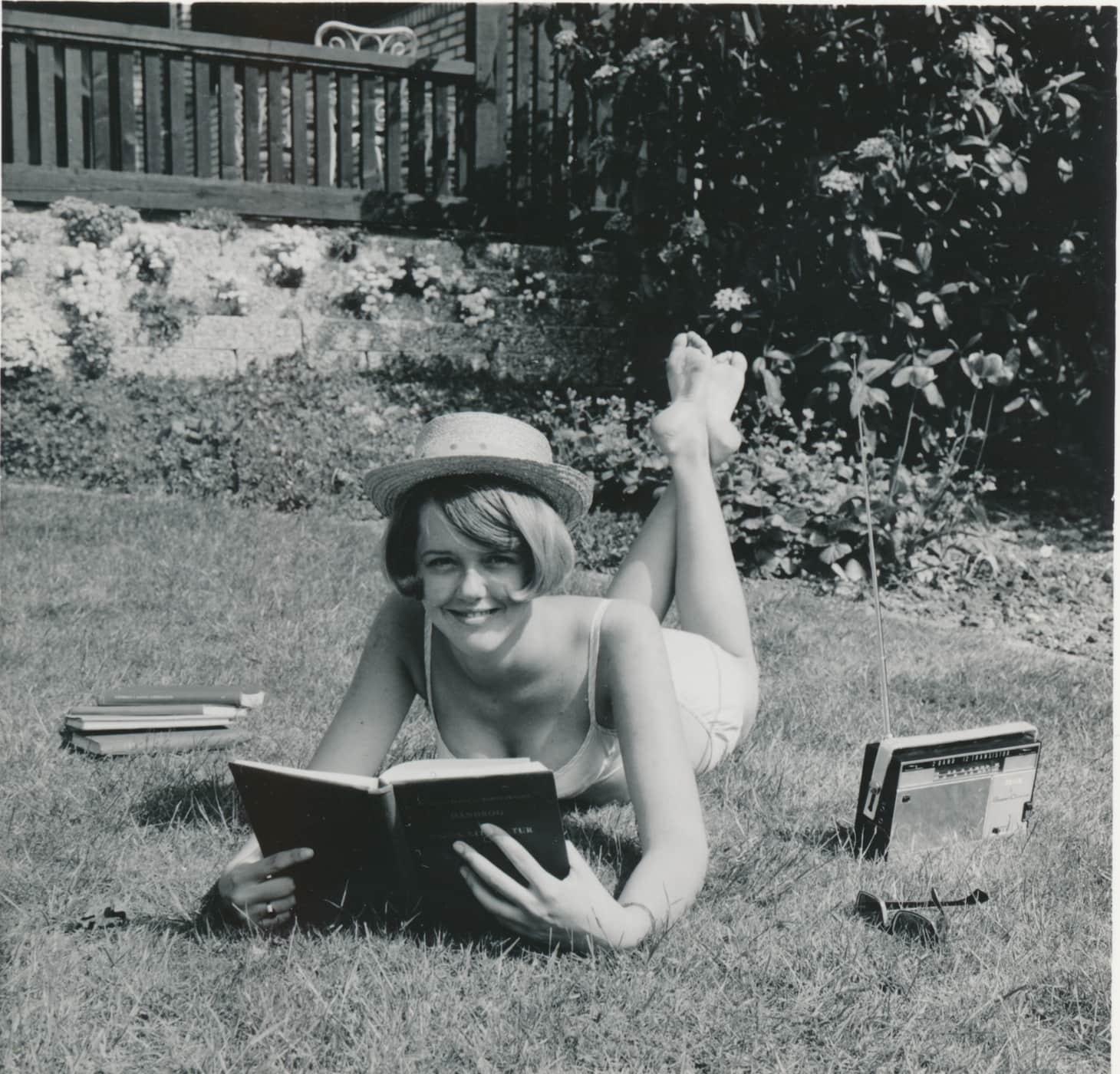 Dorte Futtrup 1965 eksamenslæsning på græsplænen